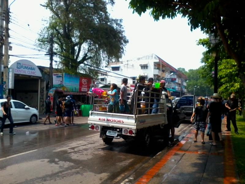 タイ旅行記5日目:西洋人に水かけられてズブ濡れ