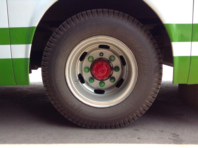タイのバスの車輪