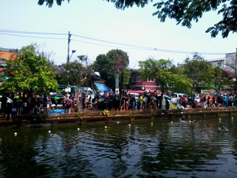 ソンクラン川で給水