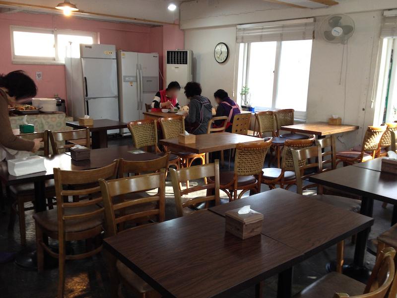 食堂で食事中の従業員