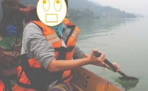 フェワ湖でボートを漕ぐ