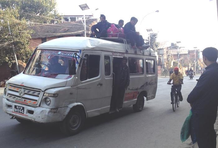 燃料不足のバス