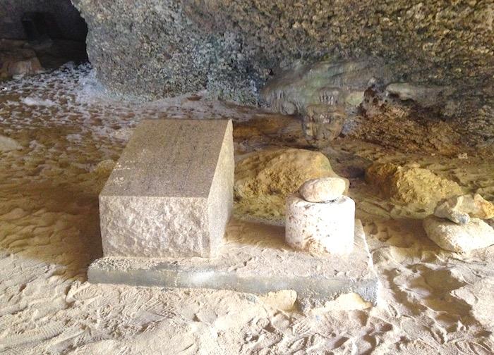 伊江島のニャティヤ洞